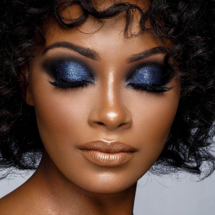 maquilage yeux simple avec des fards a paupieres bleues et metalliques sur une femme a cheveux boucles