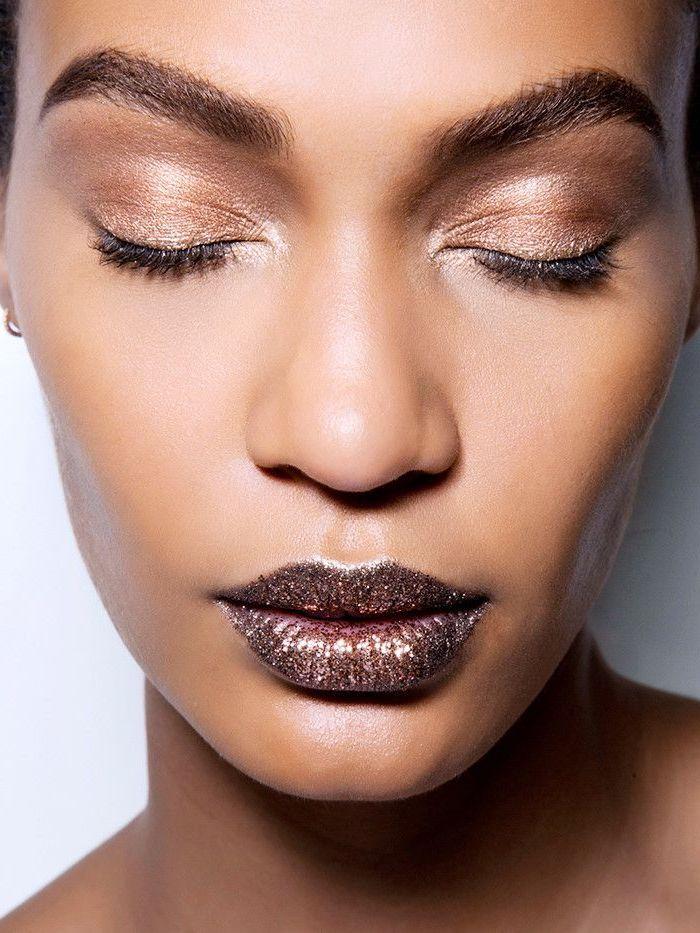maquillage de soirée avec des fards a paupières bronzes et un rouge a levres marron peilletée