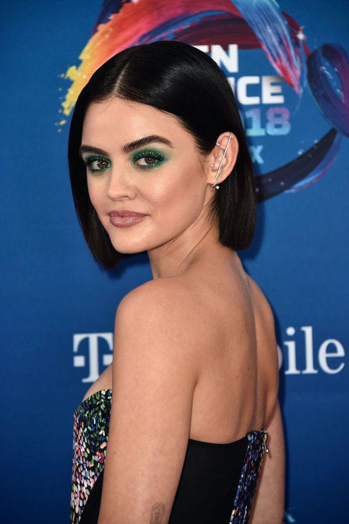 maquillage de soiree avec des fards vertes une femme a cheveux noir coupes en carre