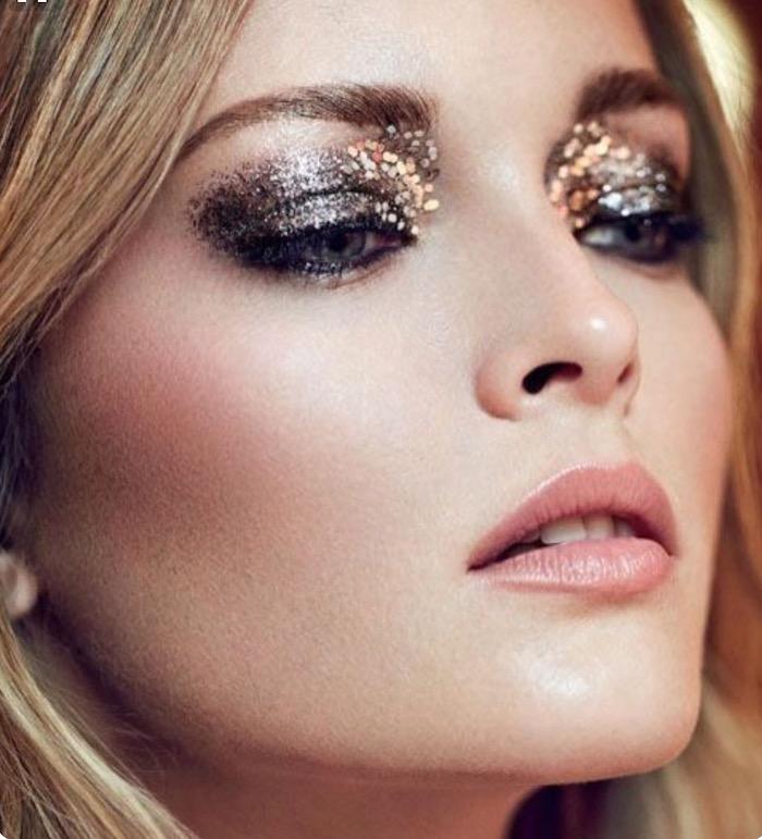 maquillage nouvel an avec des paillettes sur les paupieres et des fards metalliques