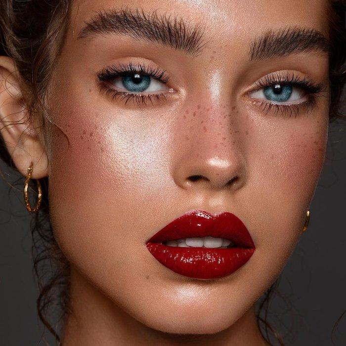 maquillage yeux simple avec du mascara et des levres rouges glossy pour un look glamour
