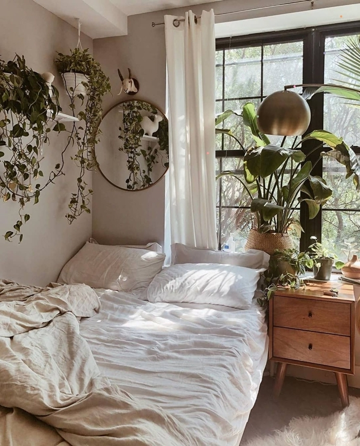 miroir rond étagère bois blanc plantes grimpantes chambre 10m2 panier tressé décoration lit cosy linge blanc