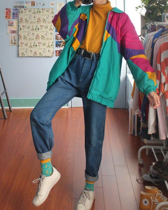 mode année 80 porter le jean de maman avec des baskets blancs et un veste en couleurs neon style sportif