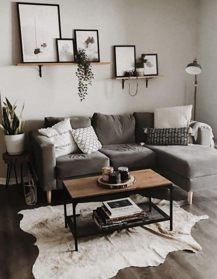 mur gris clair canapé d angle gris tapis peau d animal table basse bois et metal etagrre murale diy style scandinave salon