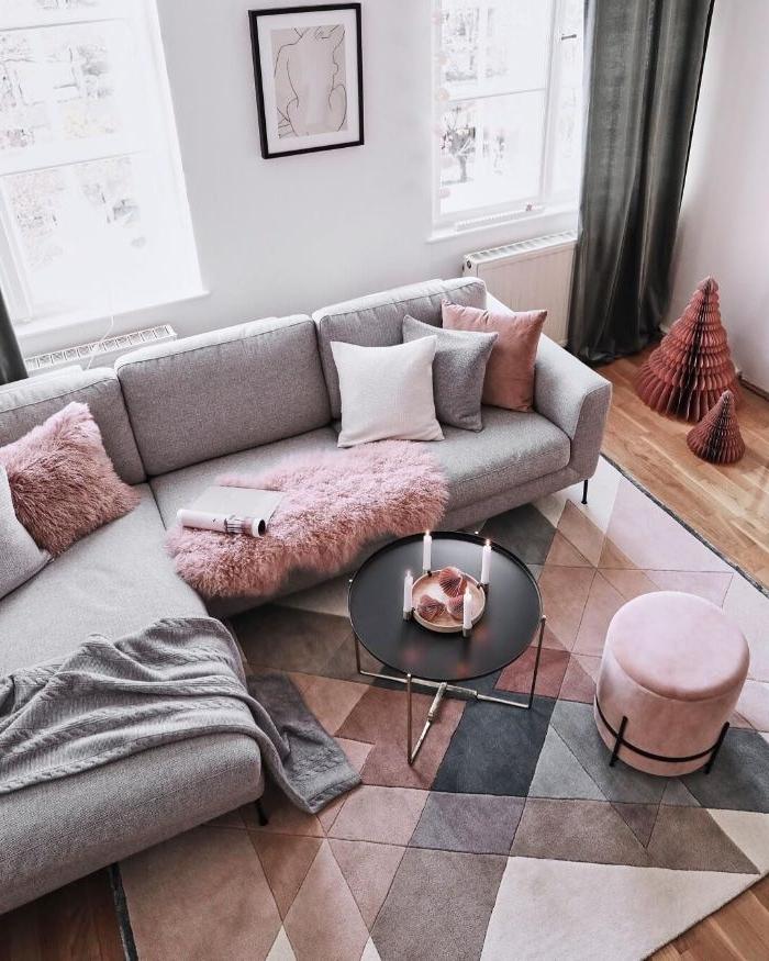 mus blancs accents rose dans salon gris et blanc ambiance scandinave tapis geometrique cocooning