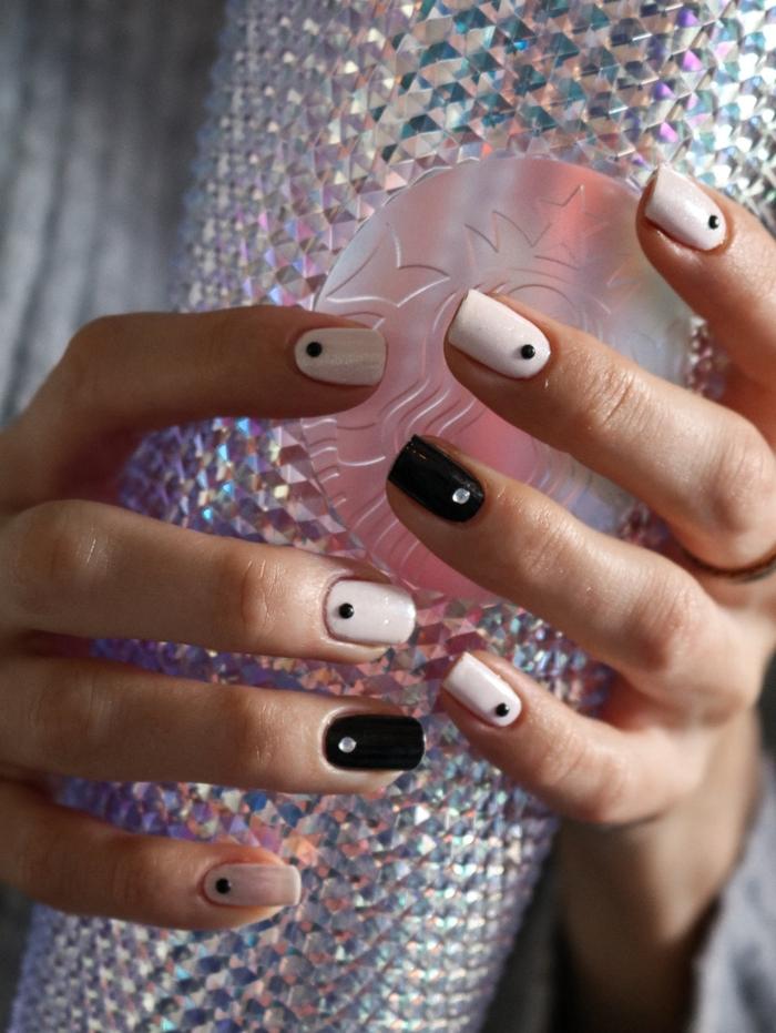 nail art noir manucure deux couleurs vernis blanc strass nail colle idée décoration ongles facile
