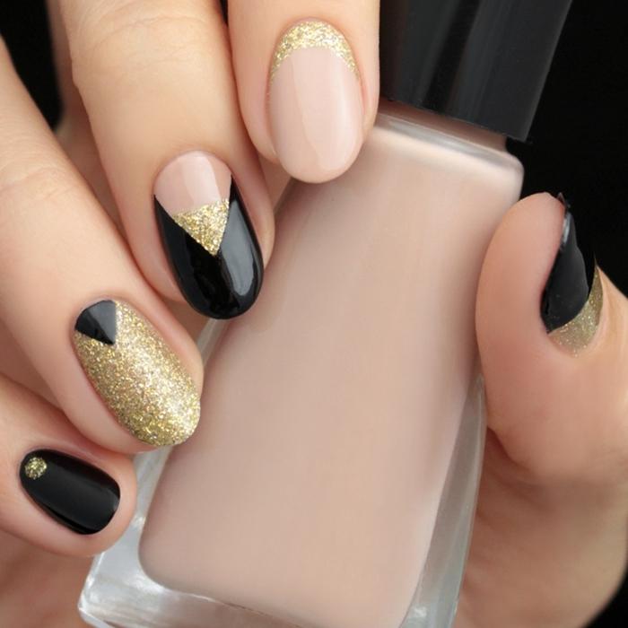 ongle en gel noir facile à faire chez soi manucure maison vernis de base couleur nude dessin noir et or