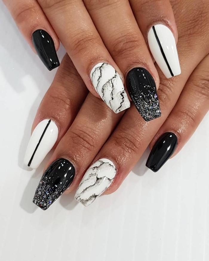 ongle en gel noir nail art tendance motif marbre vernis glitter dessin trait noir facile manucure blanc et noir