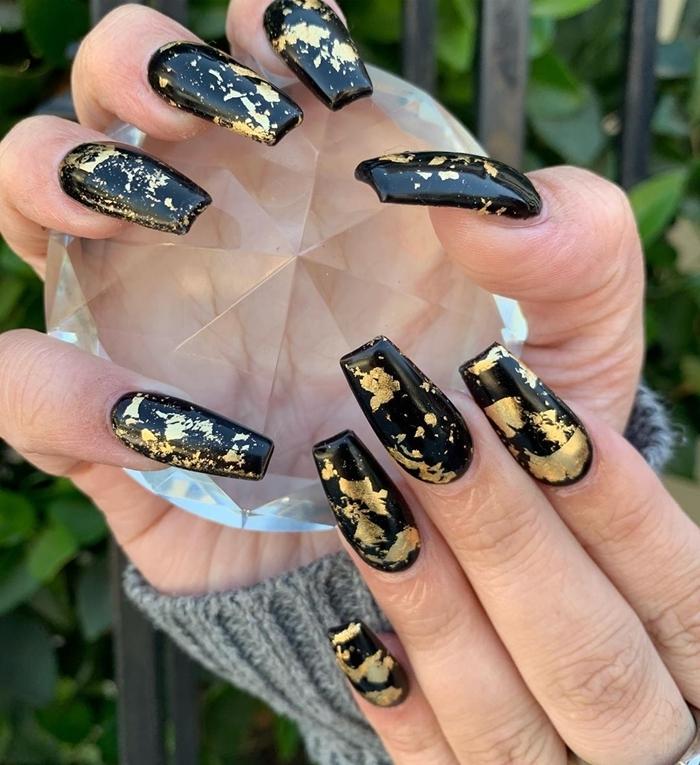 ongle noir et or nail art facile feuille dorée vernis de base foncé noir finition brillante manucure ongles longs