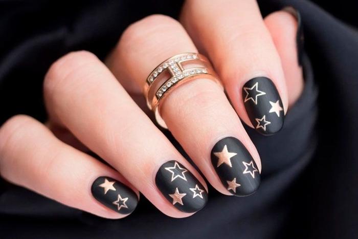 ongle noir mat nail art motifs étoiles vernis rose gold tendance couleur manucure hiver 2020