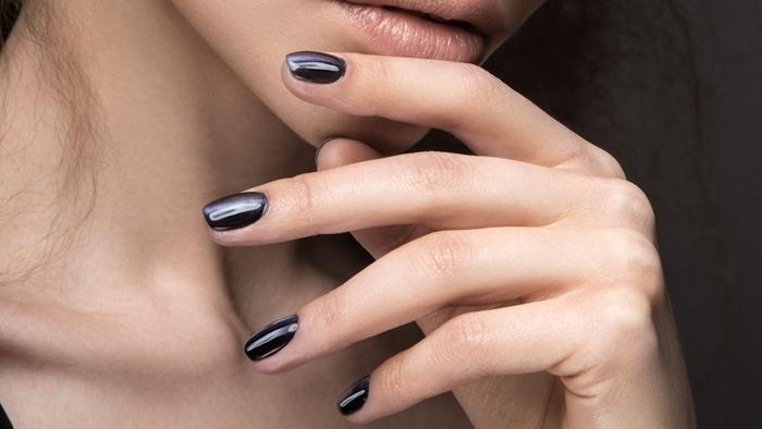 ongles en gel technique manucure originale maison vernis noir finition brillante ongles foncées tendance