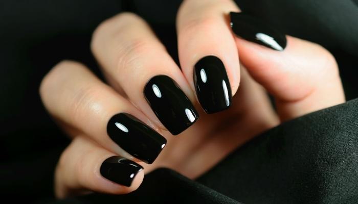 ongles longs couleur tendance hiver vernis noir manucure gel maison technique comment faire ses ongles gel