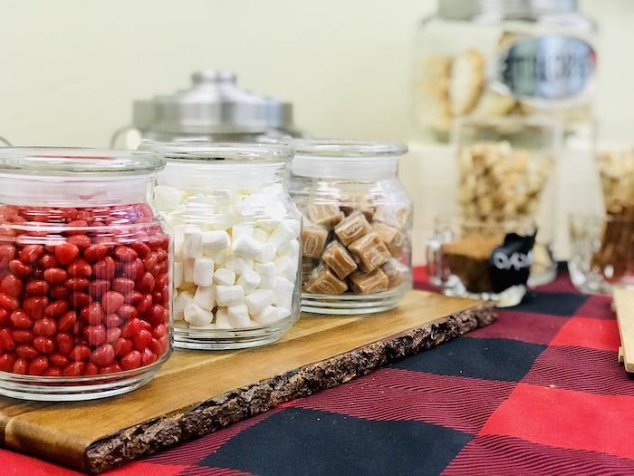 organiser un buffet candy avec des dragees rouges et des guimauves blancs