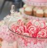 organiser un candy bar avec des sucettes et des guimauves dans des bonbonieres