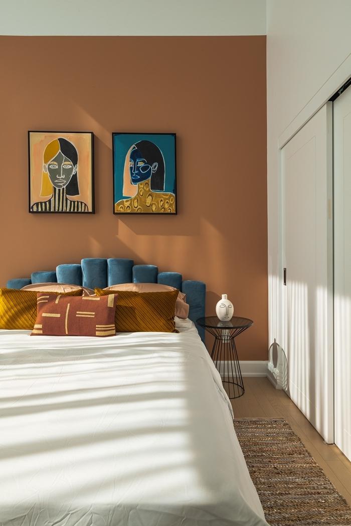 peinture terracotta linge de lit blanc coussins jaune moutarde décoration chambre à coucher adulte photos tête lit velours