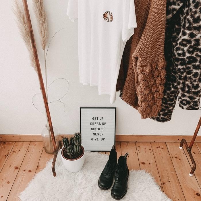 penderie chambre cocooning style bohème couleurs neutres décoration nature parquet bois cactus pot blanc