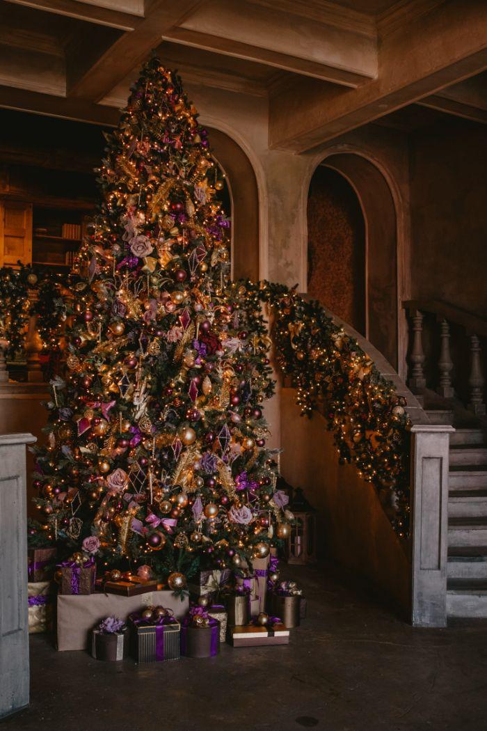 photo de sapin de noel décoré d ornement rose gold or argent plusieurs ornements variés décors exubérent maison de noel