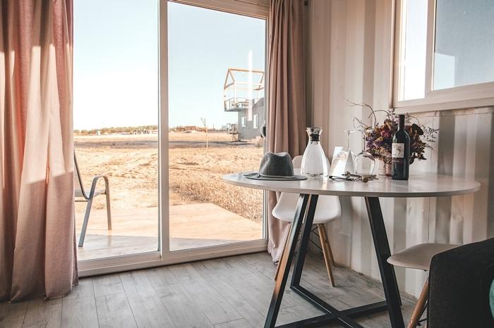 porte coulissante vue chambre d hotel table ronde chaise papier peint blanc et gris porte hotel verre