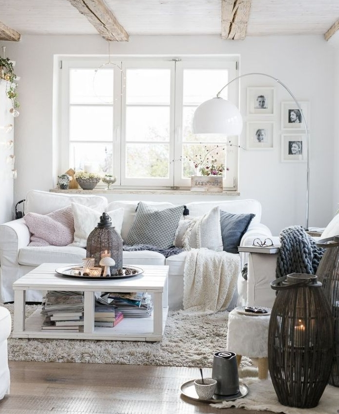 poutres apparentes bois brut canapé blanc coussins cocooning table blanche luminaires romantiques salon cocooning chaleureux design