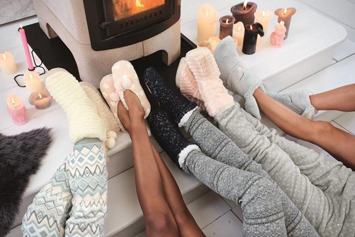 pyjama polaire femme cheminée vêtements cosy chaussette pompon beige pantoufles rose pastel bougies