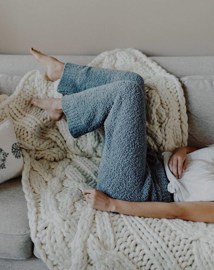pyjama polaire femme couleur bleu pastel plaid grosse maille beige décoration cocooning minimaliste style vêtements