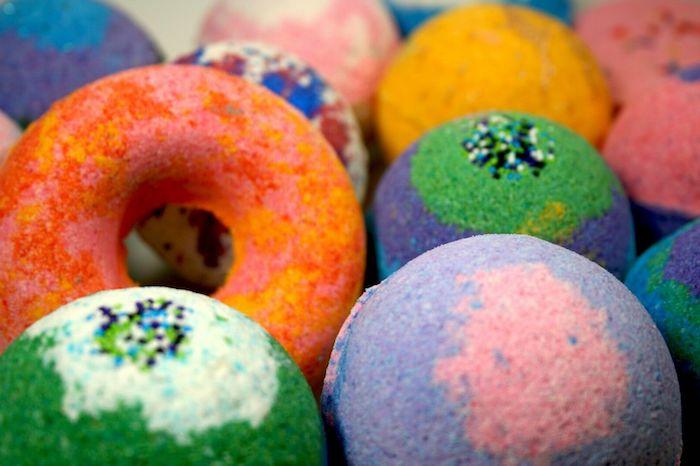 recette boule de bain un beignet glace entoure de bombes de bain multicolores