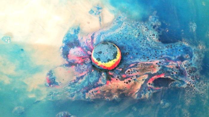 recette cosmetique maison pour une bombe de bain qui disperse des differentes couleurs dans l eau