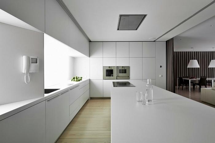 revêtement sol carrelage effet bois idee cuisine avec ilot armoires sans poignées plan de travail blanc