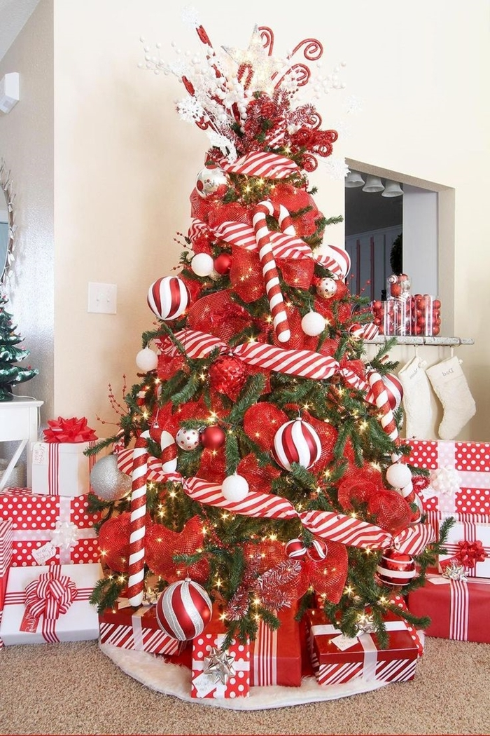 ruban rouge boules ornements arbre sapin rouge et blanc cadeaux papier rouge et blanc tapis blanc moelleux