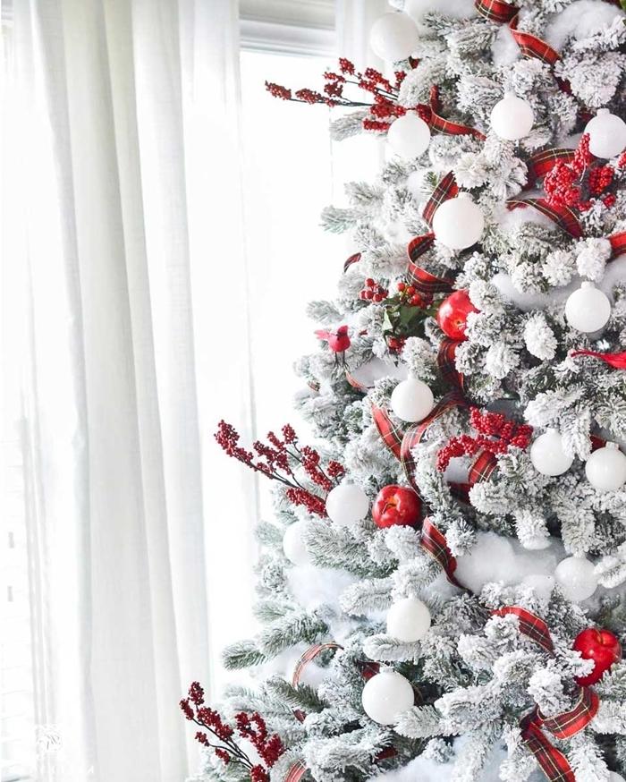 ruban rouge branches de baies rouges idée sapin de noel sur thème classique blanc et rouge fausse neige