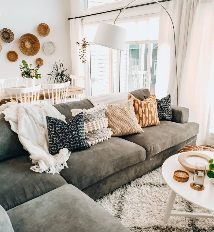 salon cocooning scandinave boheme avec canapé d angle gris table basse ronde tapis berbere coussins cocooning