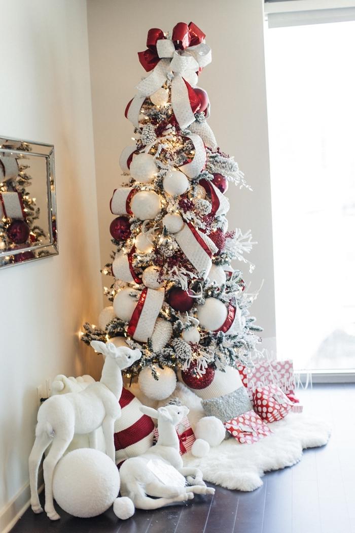 salon noel miroir rectangulaire arbre noel branches enneigées sapin blanc décoré grandes boules noel blanches