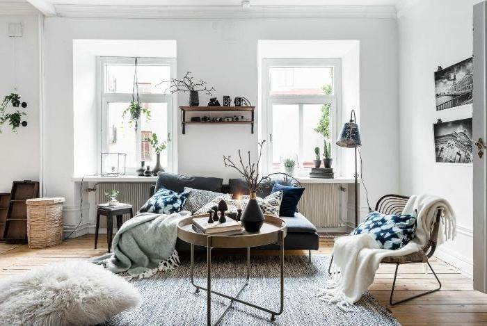 salon style scandinave aux murs blancs table bassse laiton canapé gris chaise cocooning tapis gris