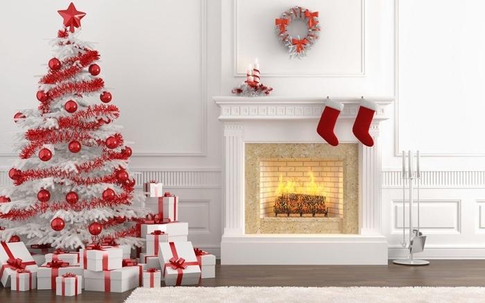 sapin blanc décoré en deux couleurs faux arbre noel branches blanches boules rouges guirlande rouge