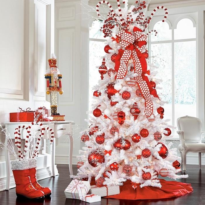 sapin de noel blanc faux arbre branches blanches ruban rouge boules de noel grande taille rouges