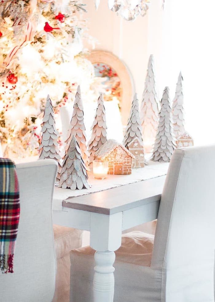 sapin de noel en papier des petits decorations pour la table avec unmaison decorative en carton et un bougie