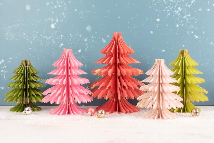sapin de noel en papier pour fabriquer chez soi en differentes couleurs idee de decoration