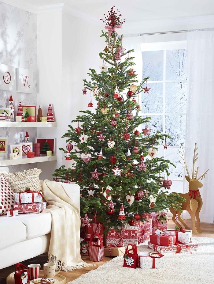 sapin rouge et blanc canapé blanc plaid franges figurine cerf étagère ornements coussin noel faux arbre