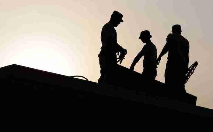 silhouettes des artisans au dessus d un toit comment renover la maison