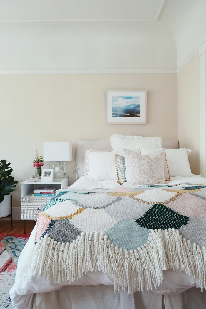 style de chambre ethnique couverture de lit multicolore couleurs pastel frnages coussins pompons