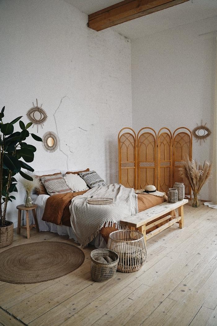 style de chambre exotique meubles rotin poutres bois apparentes parquet bois tapis jute paroi rotin panier miroir soleil