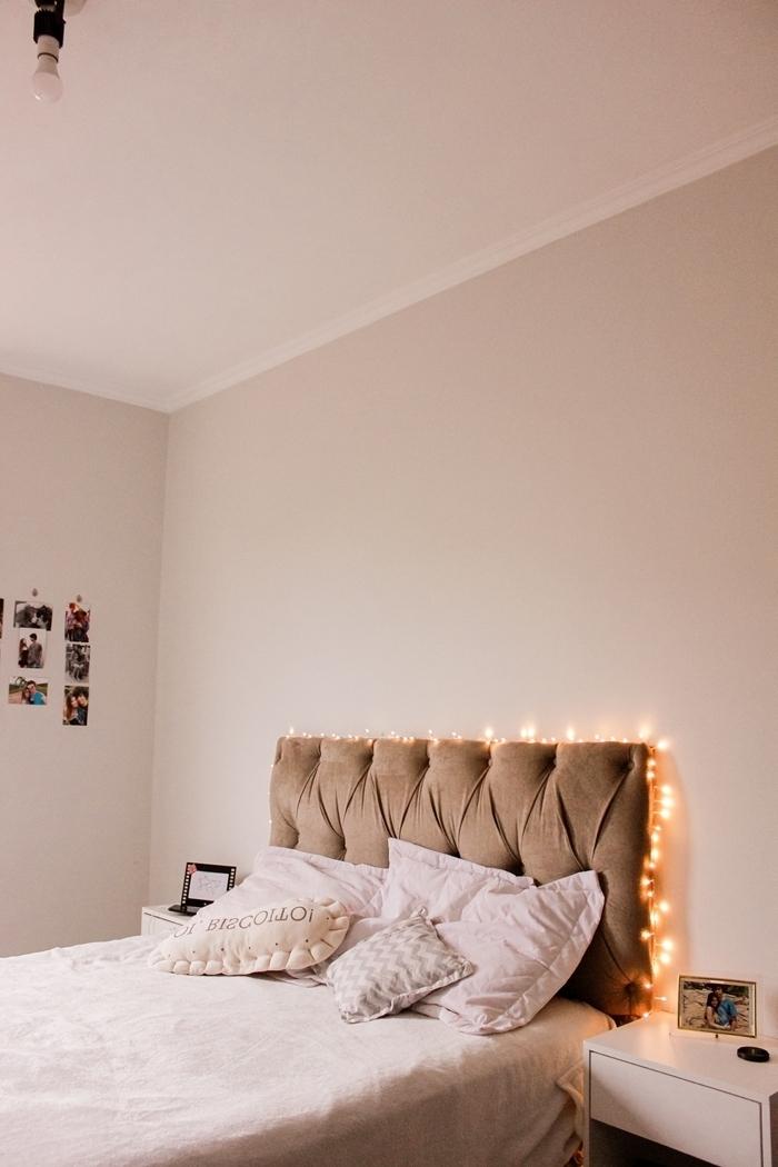 tête de lit boutonné couleur taupe chambre cosy décoration lumineuse guirlande mur polaroids chambre fille