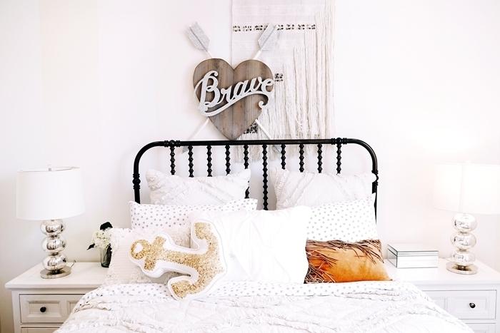 tête de lit fer forgé tableau coeur bois déco chambre cocooning meubles de chevet blanc coussins déco