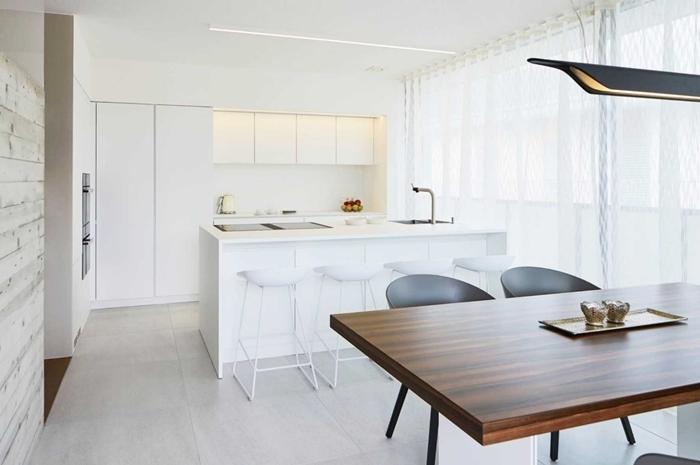 table à manger bois foncé caises gris mat cuisine équipée avec ilot central aménagement cuisine ouverte