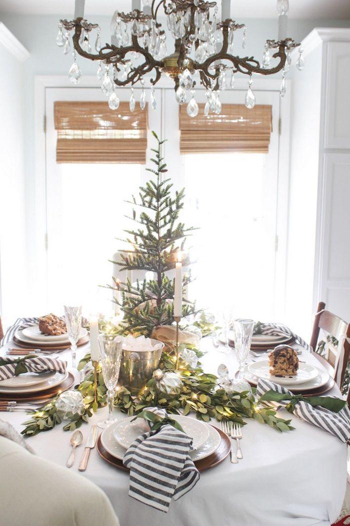 table du nouvel an avec un sapin et une abondance des branches vertes un abat de jour pompeux au dessus