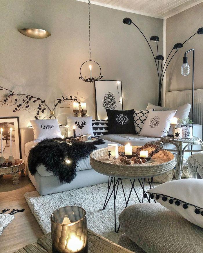table ronde originale plateau tressé tapis cocooning blanc canapé gris avec deco coussins decoratifs murs gris clair lampe noire deco hiver cosy