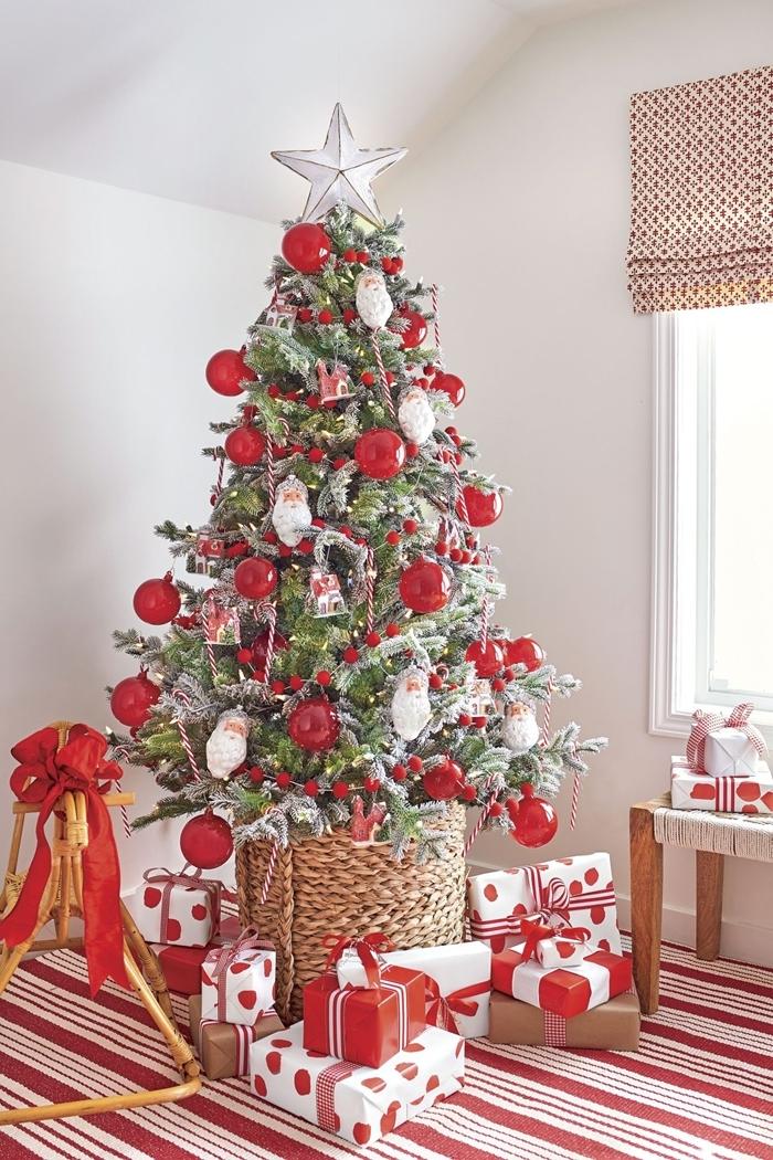 tapis noel rouge et blanc motifs rayures decoration de sapin de noel étoile argent banquette bois stores fenêtre