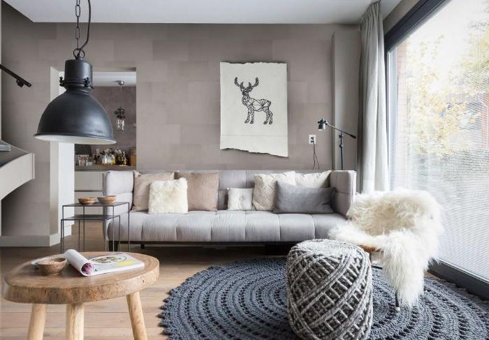tapis tressé chaise décorée de peau d animal canapé décoré de coussins cosy table basse de service diy suspension noire
