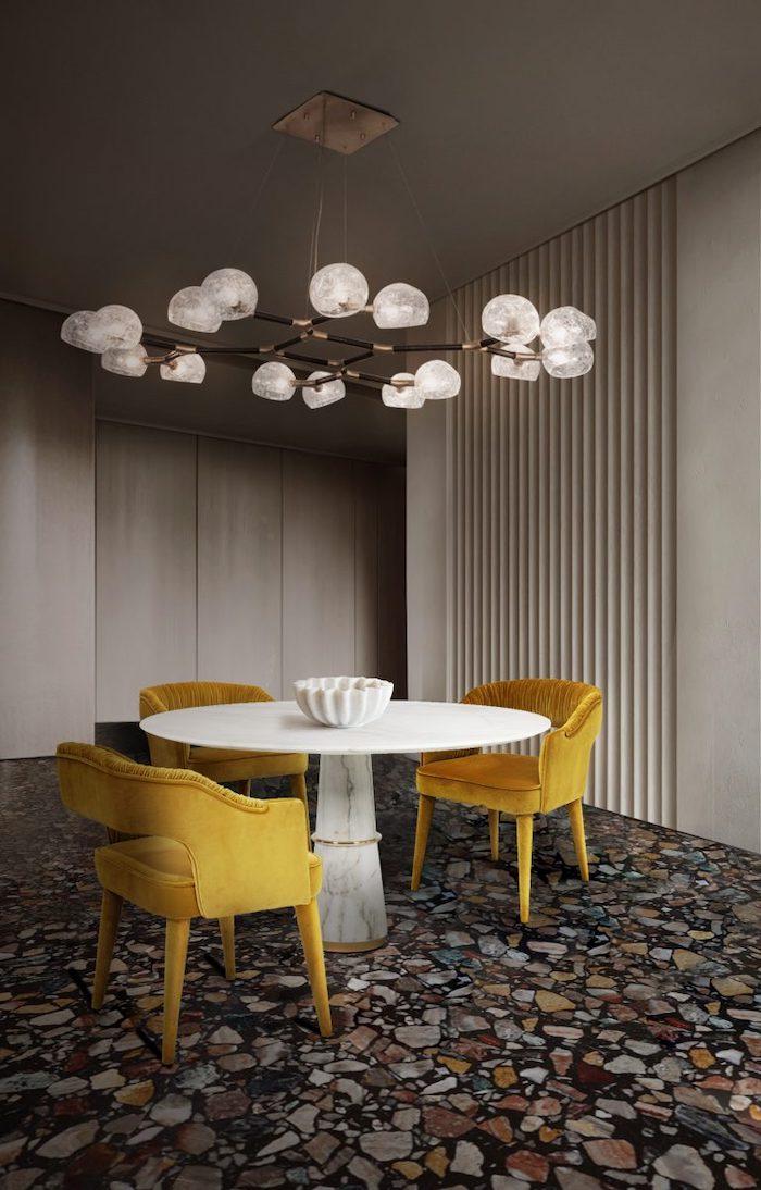 tendance deco 2021 une salle a manger minimalistique avec des chaises en tissu jaune et un sol en marbre