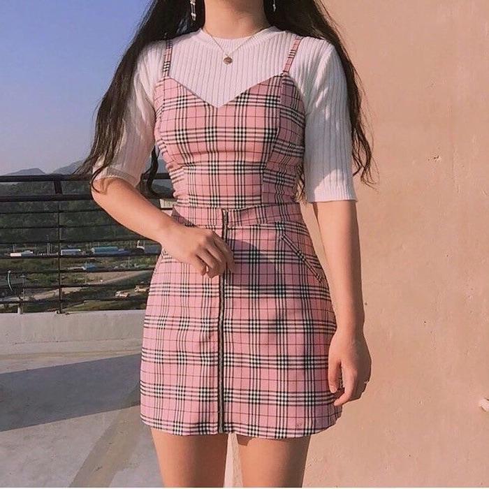 tenue aesthetic année 80 une robe a carreaux iconique combinée avec une blouse a manches courtes tricoté